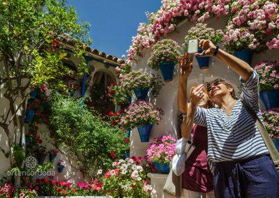 Turistas en el Patio Cordobés de la Calle Trueque, 4