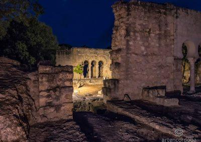 Vivienda de la Alberca de Medina Azahara por la noche
