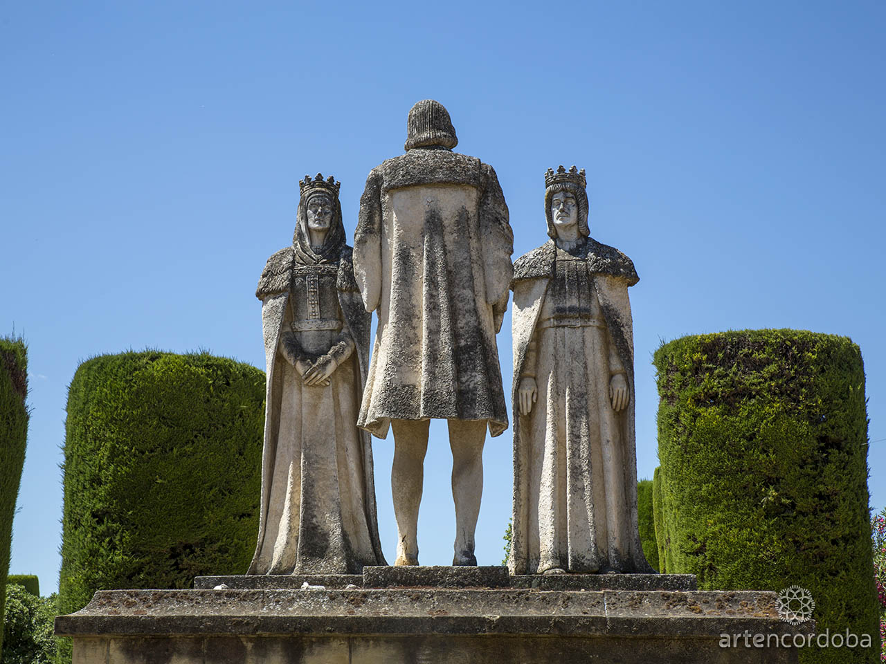Monumento a la primera audiencia de los Reyes Católicos a Cristóbal Colón en el Alcázar de los Reyes Cristianos