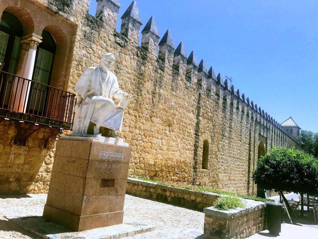 Escultura de Averroes y muralla