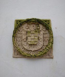 emblema del obispo Álvarez de Toledo en patio interior de la biblioteca provincial