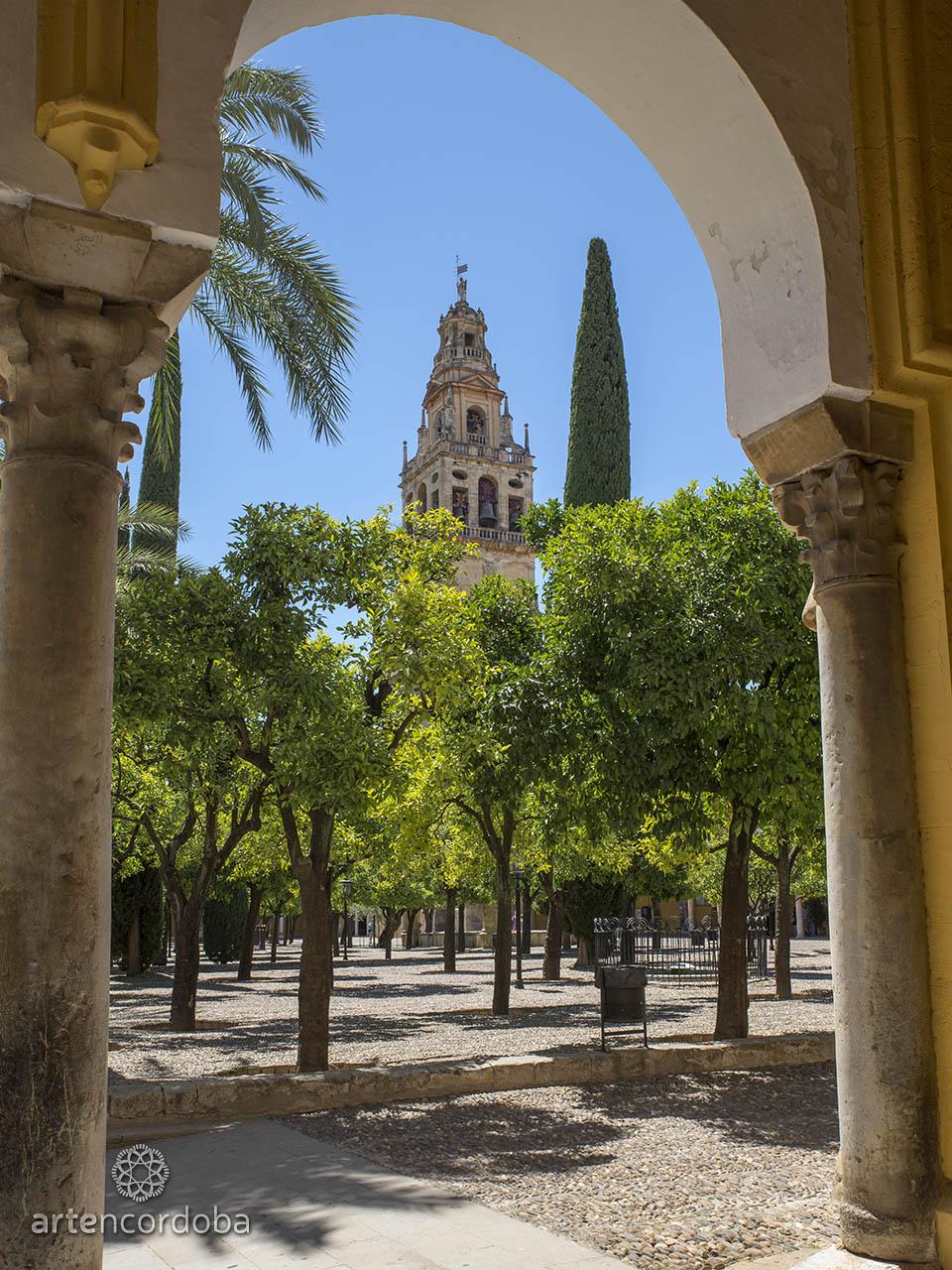La Torre-Campanario vista desde el Patio de los Naranjos de la Mezquita-Catedral de Córdoba