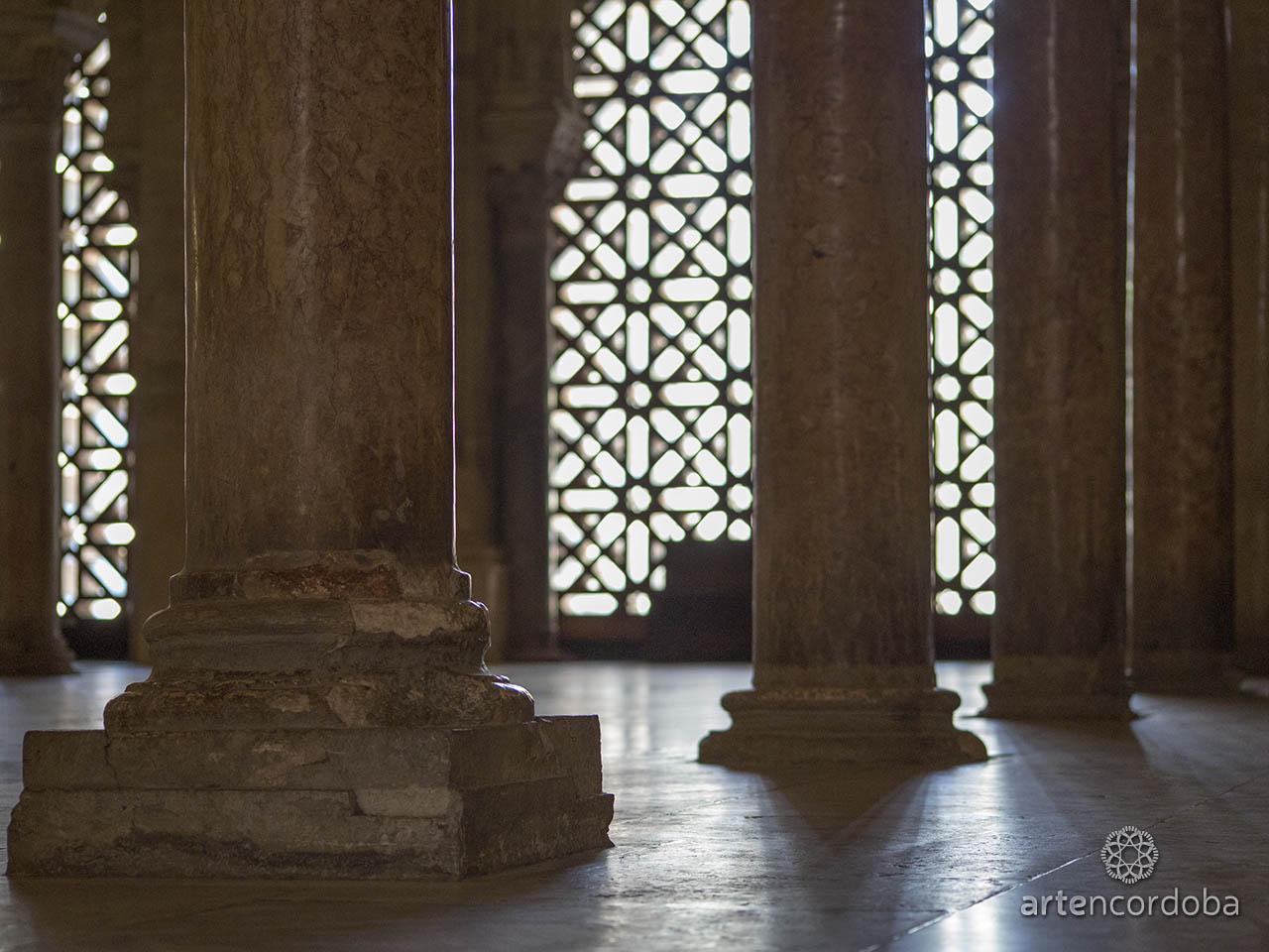 Detalle del arranque de las columnas en la Mezquita-Catedral de Córdoba