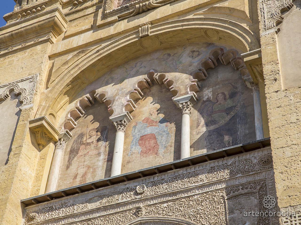 La Asunción de la Virgen', 'San Miguel' y 'San Rafael' coronan el primer cuerpo de la Puerta del Perdón