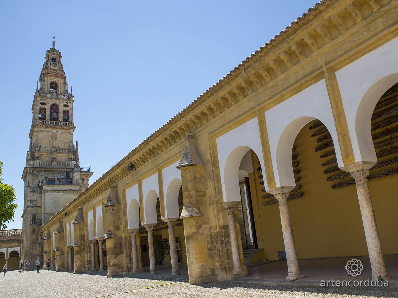 La Torre-Campanario de la Mezquita-Catedral de Córdoba vista desde el Patio de los Naranjos
