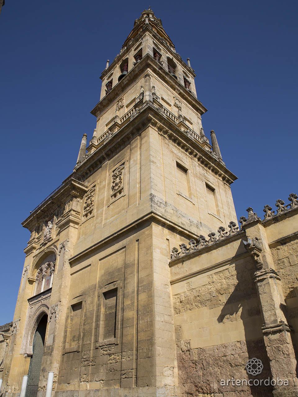 La Torre-Campanario de la Mezquita-Catedral de Córdoba vista desde el exterior