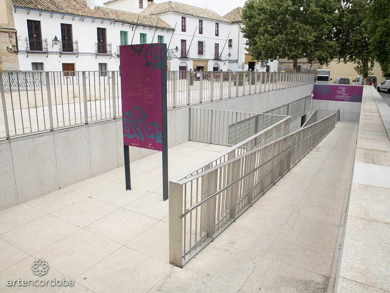 Una rampa da acceso a los Baños Árabes del Alcázar Califal en Córdoba