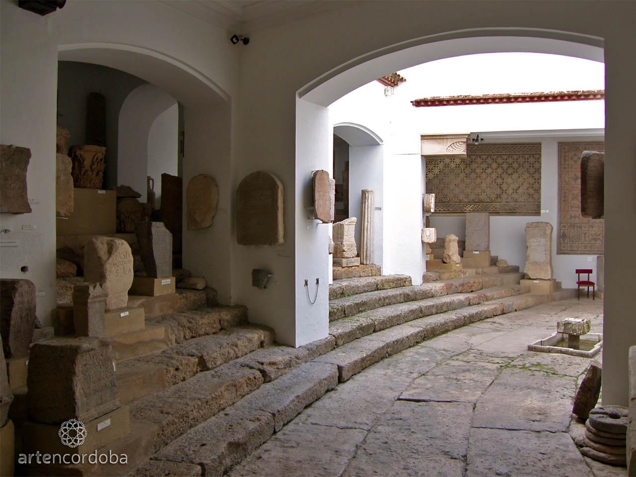 Restos del graderío del Teatro Romano en el Museo Arqueológico de Córdoba