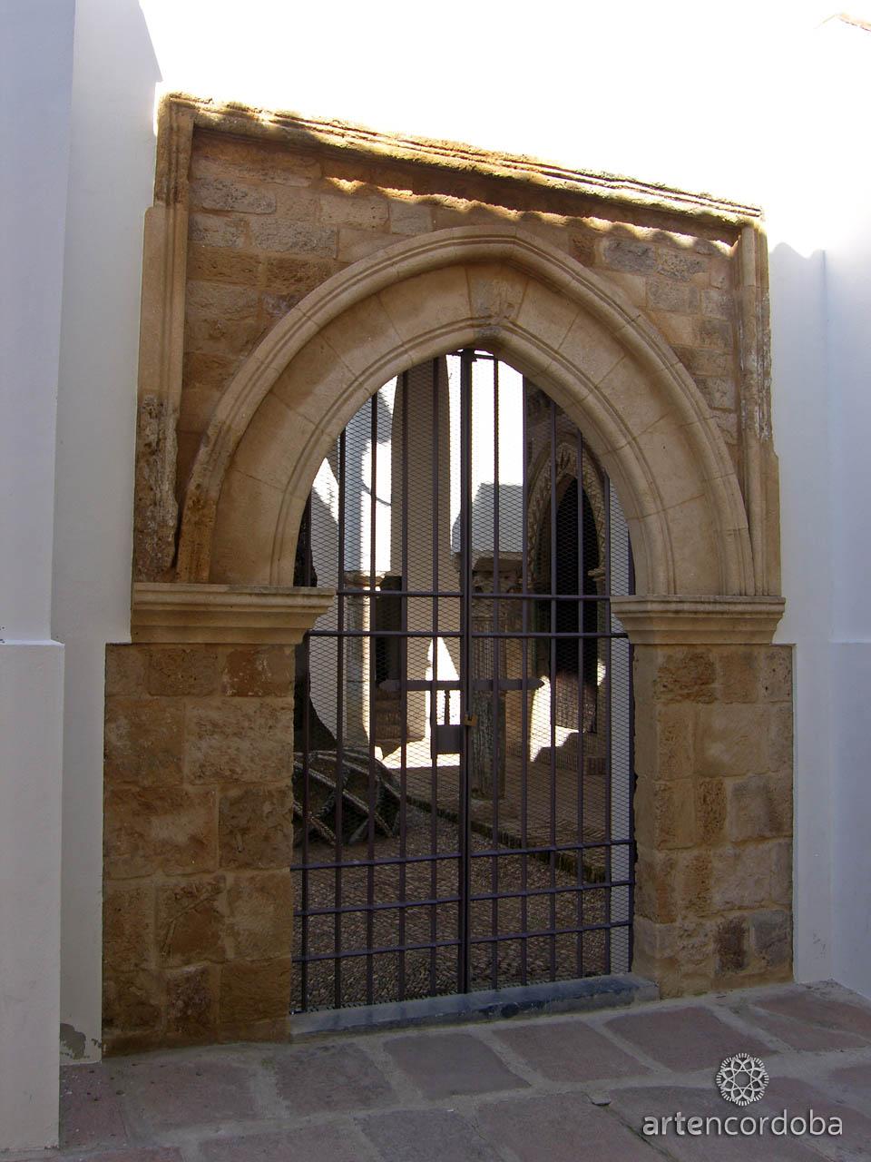 Acceso que conduce al patio de la Capilla Mudéjar de San Bartolomé en Córdoba
