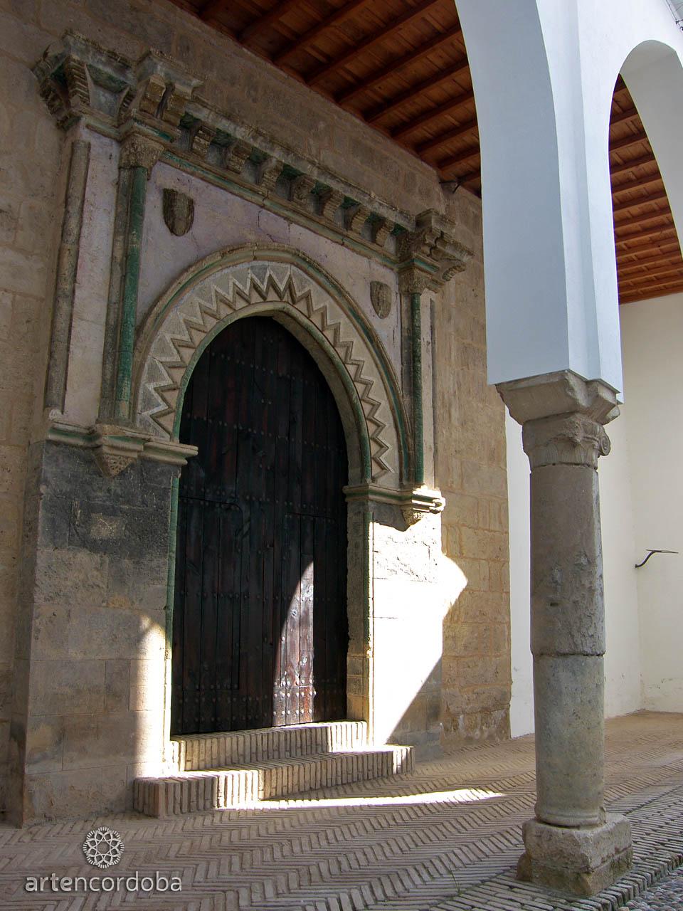 Portada de la capilla Mudéjar de San Bartolomé vista desde el patio
