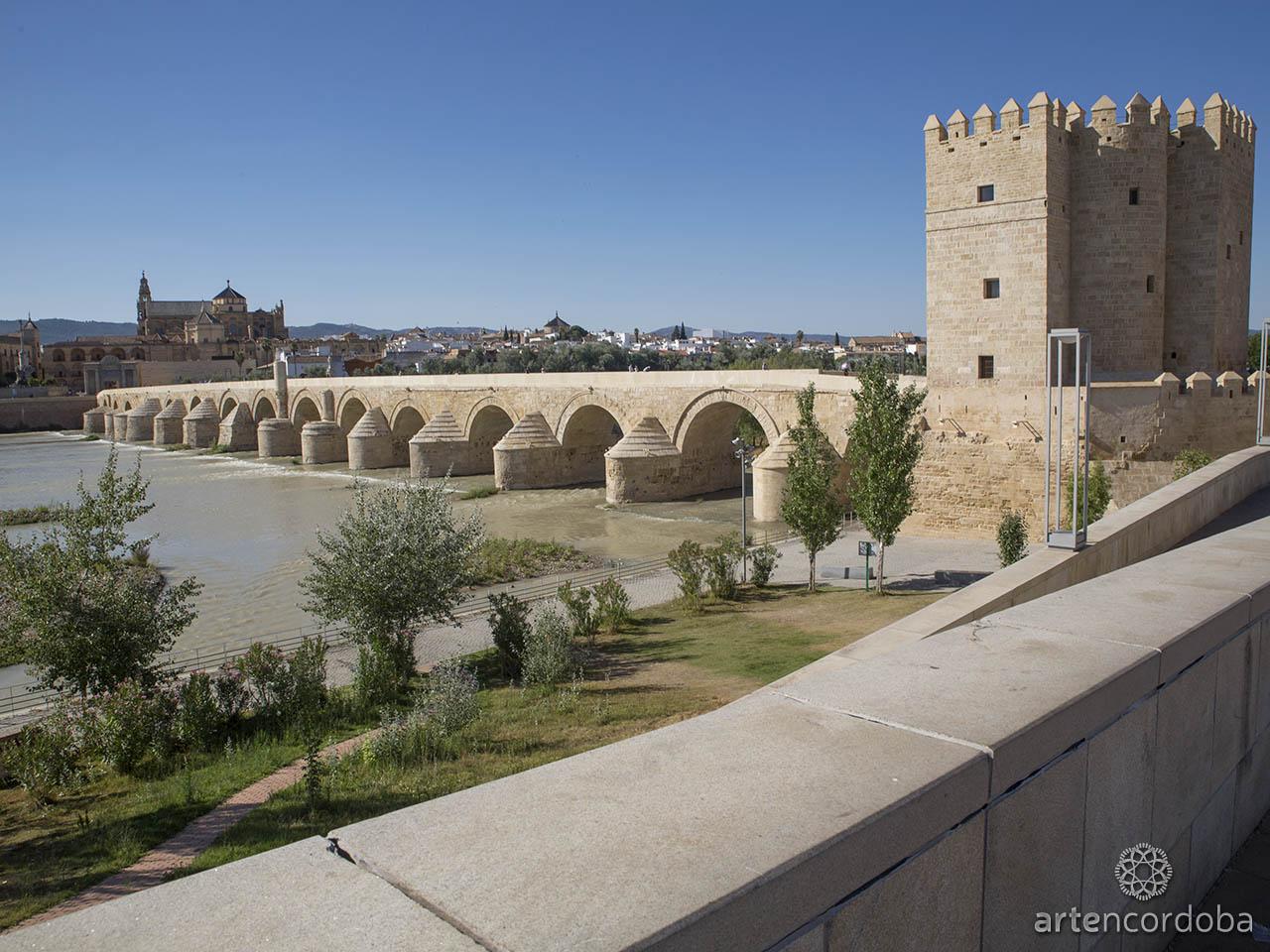 El Puente Romano de Córdoba junto a la Mezquita Catedral y la torre Calahorra
