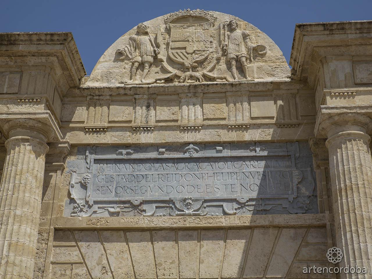 Inscripción alusoria a la visita de Felipe II en la Puerta del Puente Romano de Córdoba