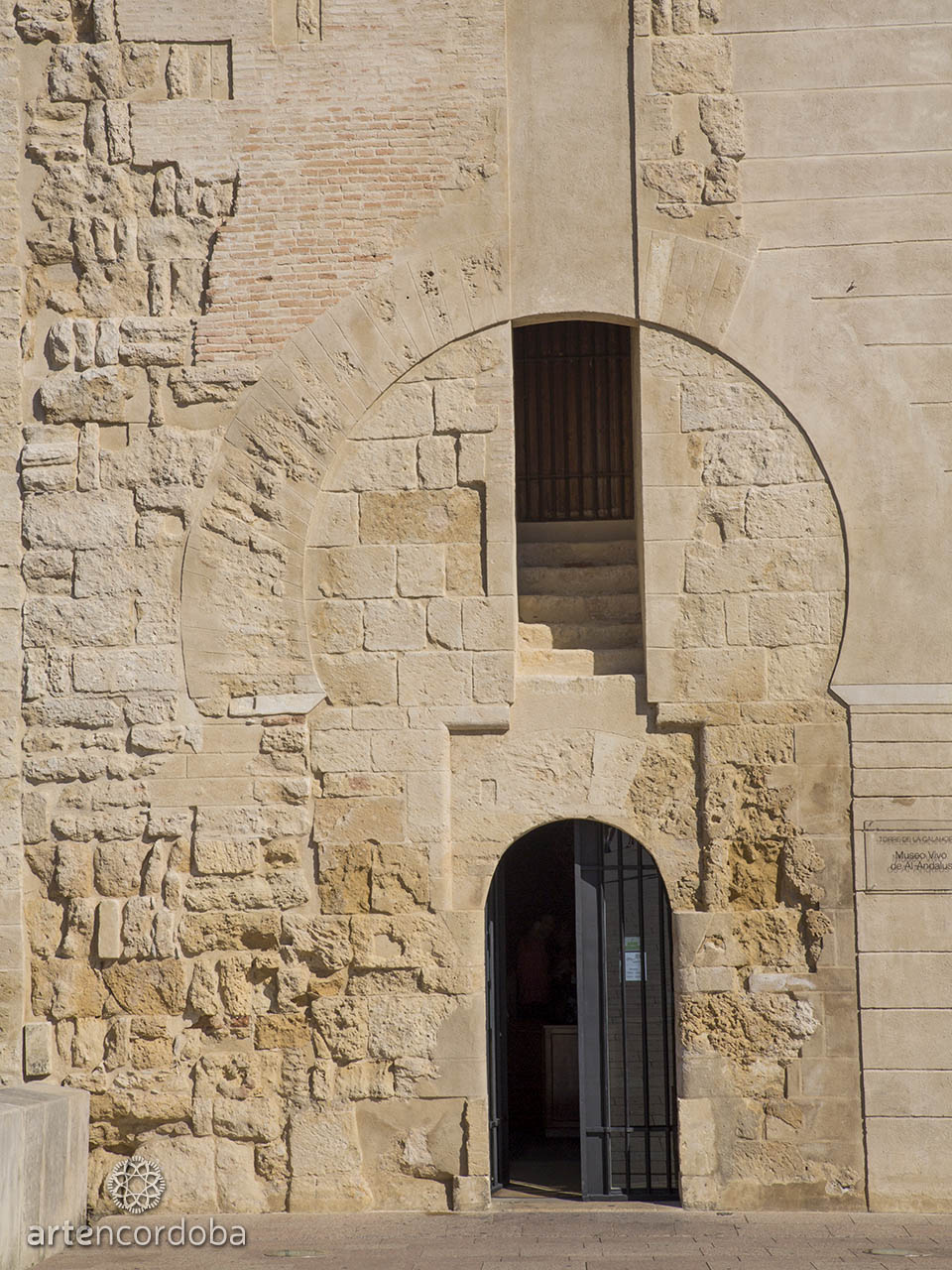 Puerta principal de la Torre de la Calahorra