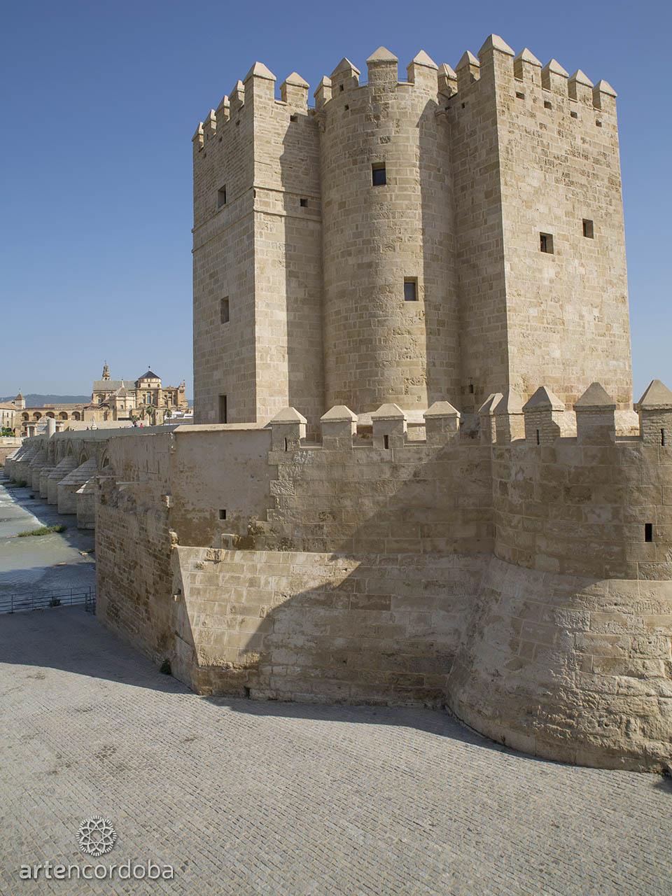 Vista de la torre Calahorra desde atrás, con la Mezquita al fondo