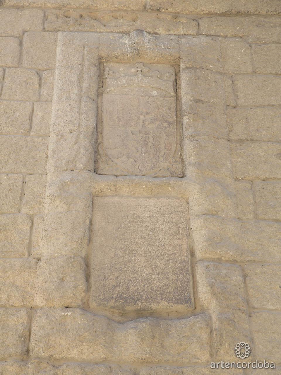 Escudo de Enrique III e inscripción bajo el arco de la Torre de la Malmuerta en Córdoba