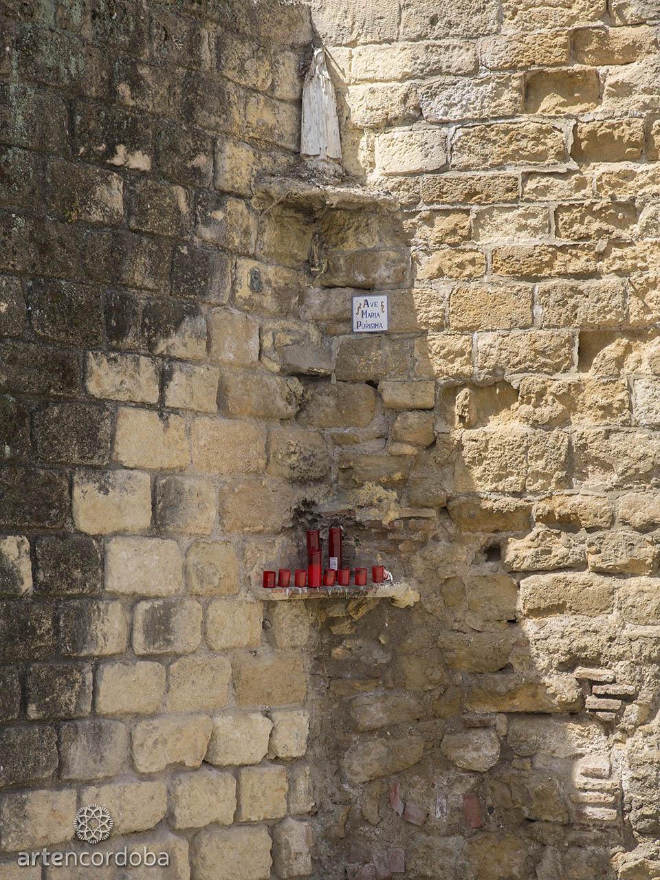 Pequeño altar mariano en uno de los vértices de la Torre de la Malmuerta de Córdoba