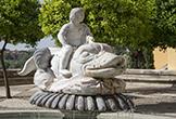 Fuente de niño que cabalga sobre delfín junto al Triunfo de San Rafael de Verdiguier