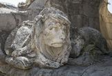 León con cara de esfinje en la base del Triunfo de San Rafael de Verdiguier