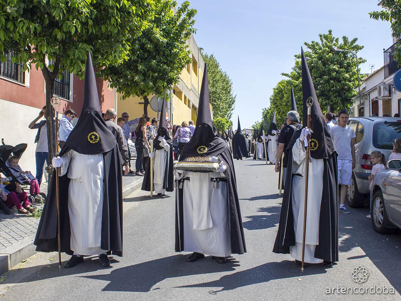 Nazarenos de la Hermandad del Amor en Córdoba