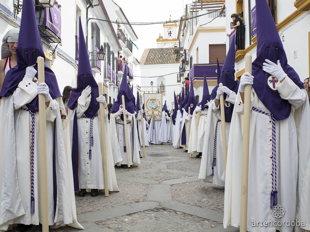 Cortejo de nazarenos de la Hermandad de Pasión