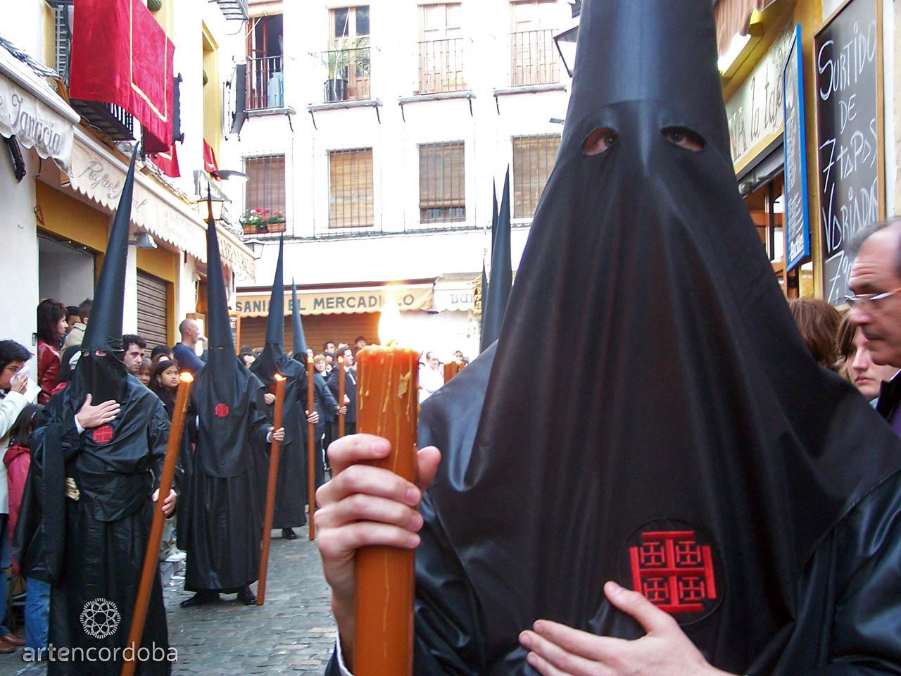 Nazarenos de la Hermandad del Santo Sepulcro a su paso por la Calle Deanes