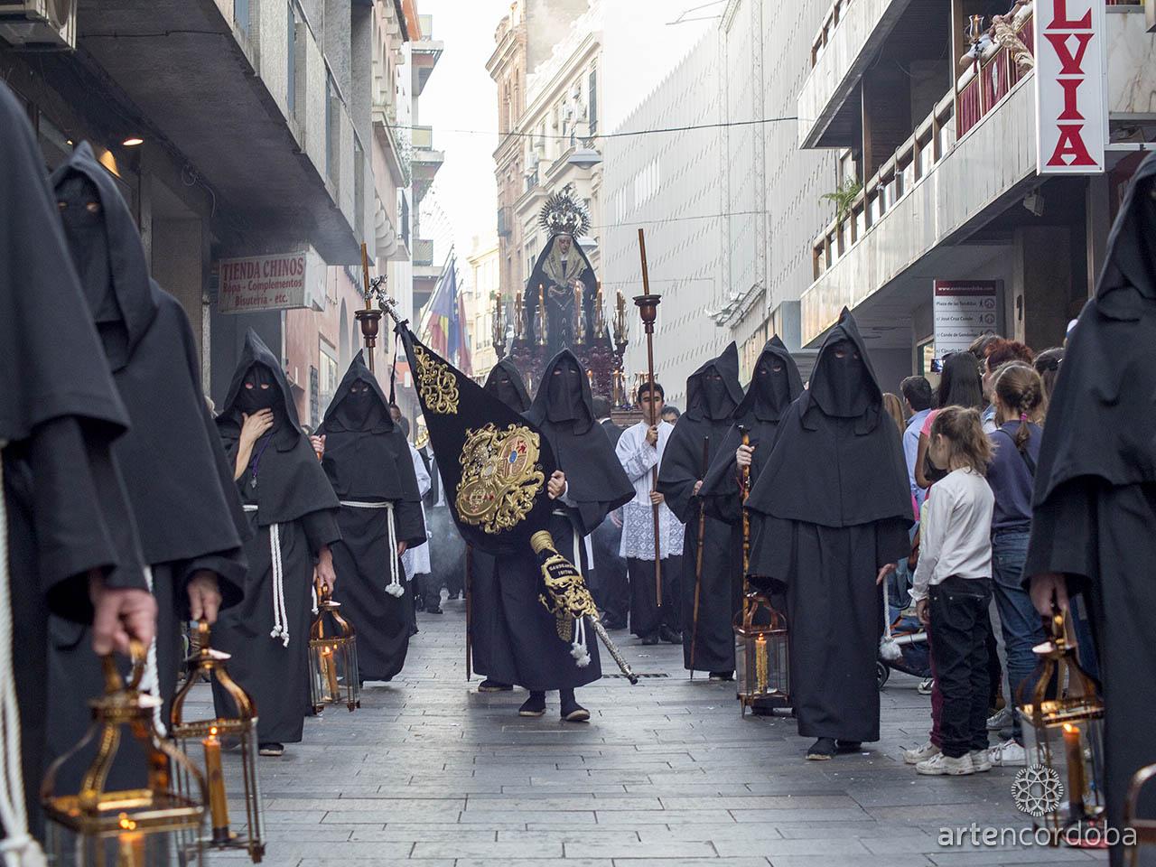 La Hermandad Universitaria luce un peculiar hábito nazareno - Semana Santa de Córdoba